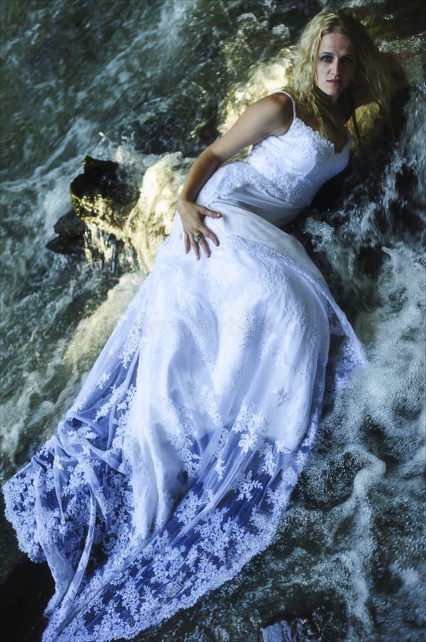 Panna Młoda Nosząca Sukienkę Śluzową W Trującej Wodzie fotografia stock