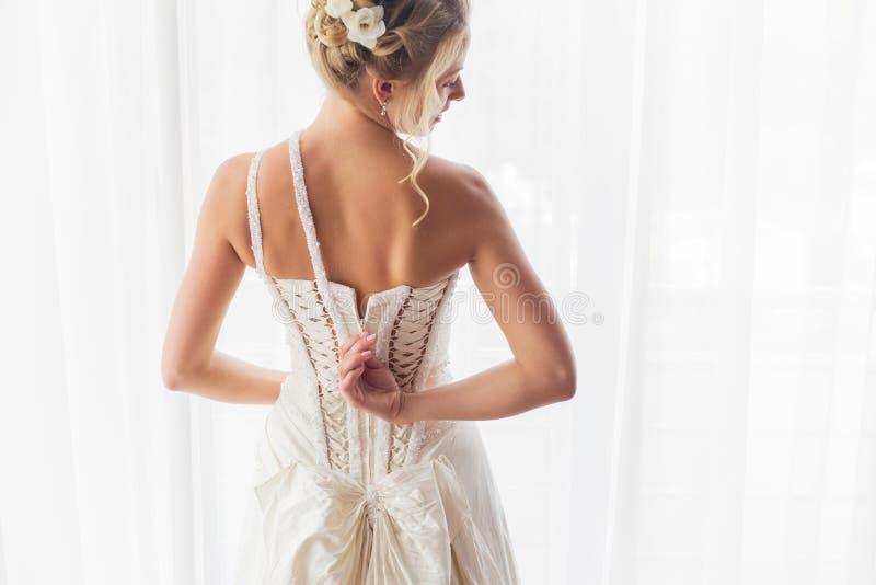 Panna młoda otwiera jej ślubną suknię obraz royalty free