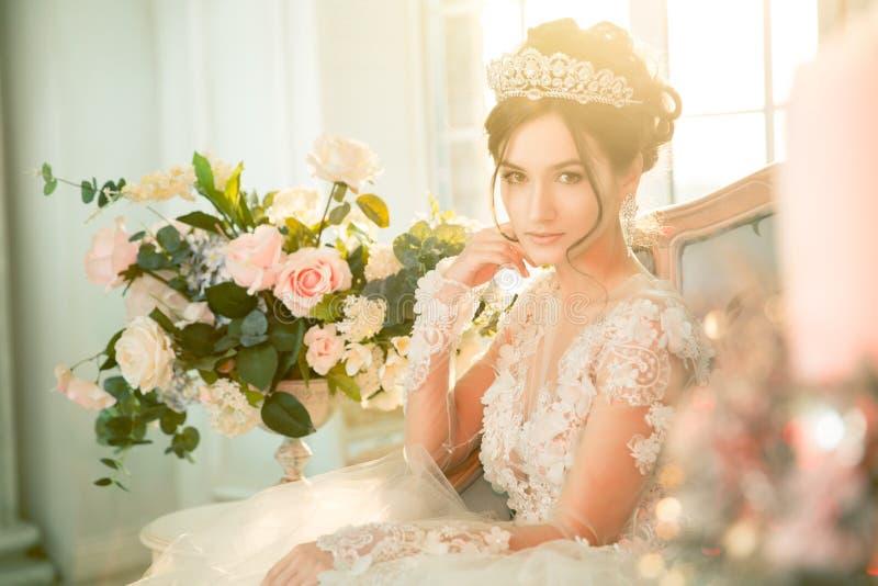 Panna młoda _ Panna młoda w krótkiej sukni z koronką w wronie zdjęcie royalty free