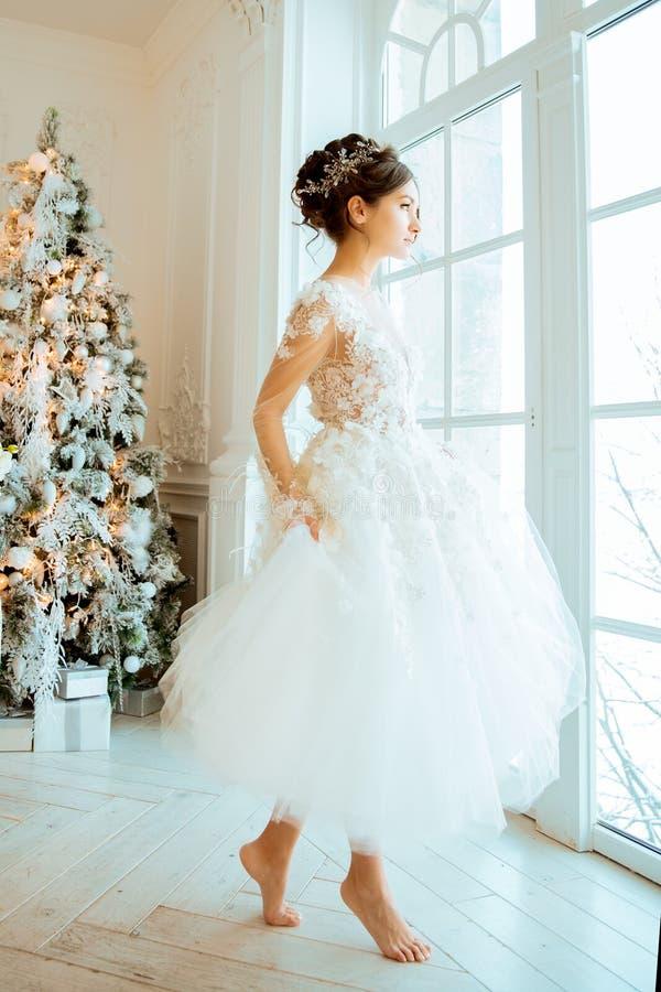 Panna młoda _ Panna młoda w krótkiej sukni z koronką w wronie obrazy stock