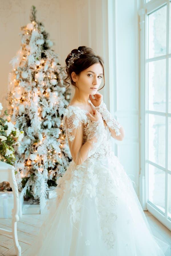 Panna młoda _ Panna młoda w krótkiej sukni z koronką w wronie obrazy royalty free