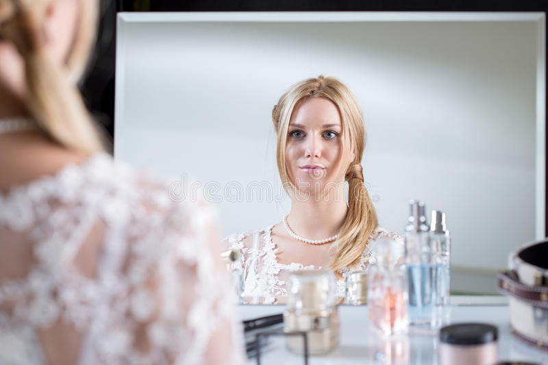 Panna młoda patrzeje lustro obrazy stock