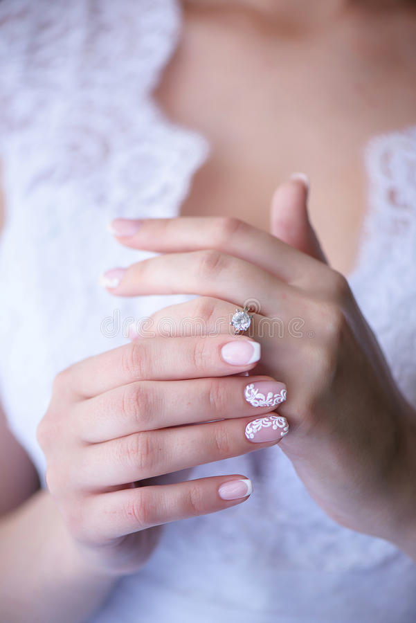 Panna młoda pokazuje dumnie pierścionek zaręczynowego lub ślub zdjęcia royalty free