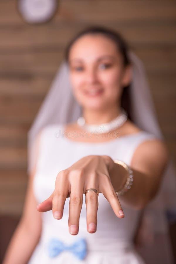 Panna młoda pokazuje złotą obrączkę ślubną na jej ręce zdjęcia stock