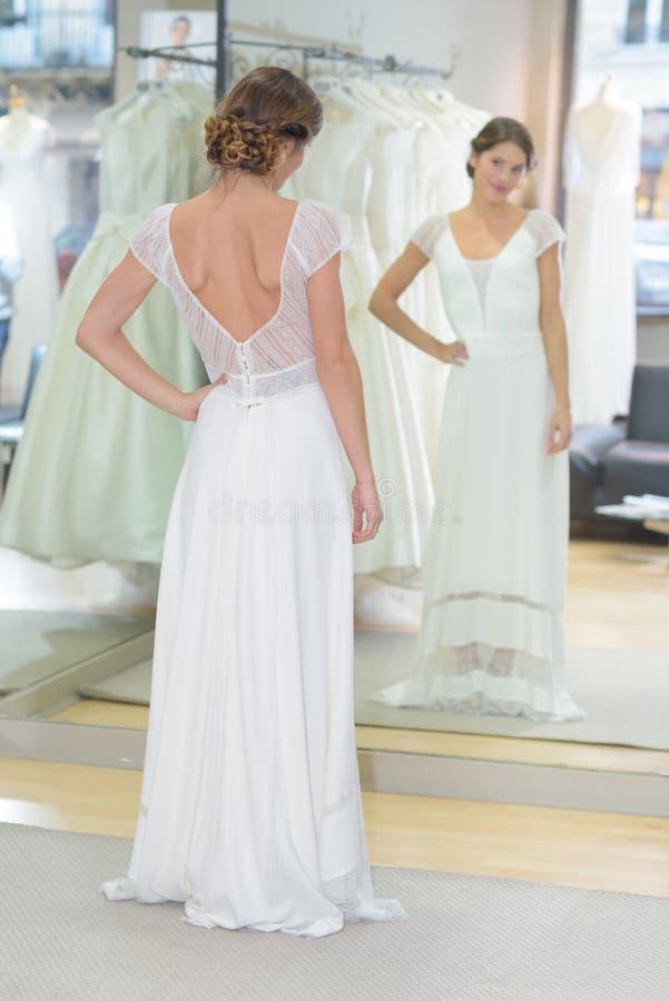 Panna młoda próbuje ślubną suknię zdjęcie stock