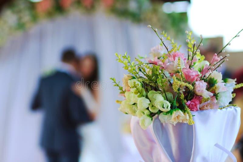 Panna młoda przy ślubną ceremonią i fornal zdjęcie stock