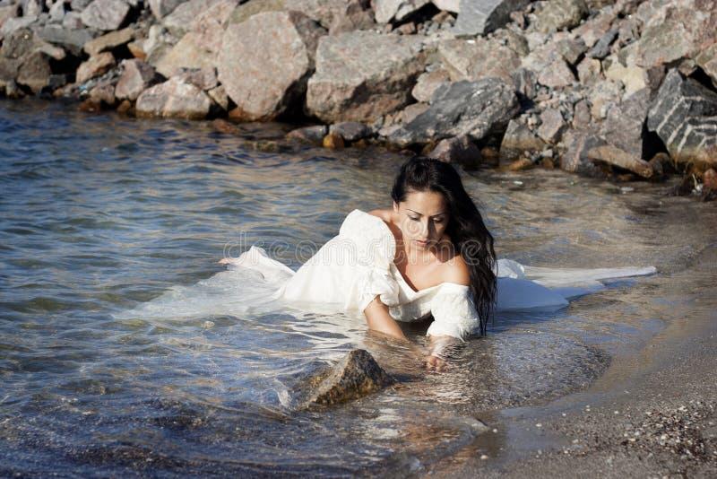 Panna młoda przy morzem zdjęcia royalty free