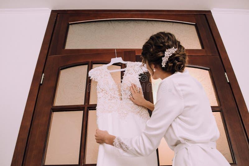 Panna młoda ranku sukni dotyków ślubna suknia zdjęcie royalty free