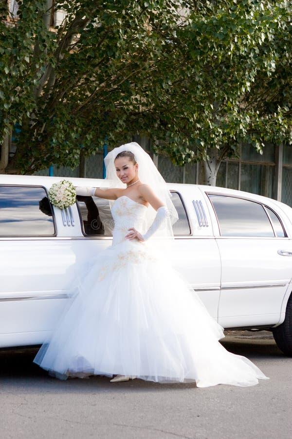 panna młoda samochodu do white ślubny długi fotografia royalty free