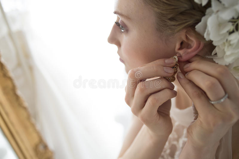 Panna młoda stawiać kolczyki fotografia royalty free