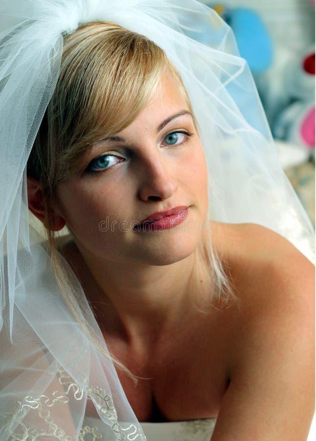 panna młoda sukienka uśmiecha się biały zdjęcie royalty free