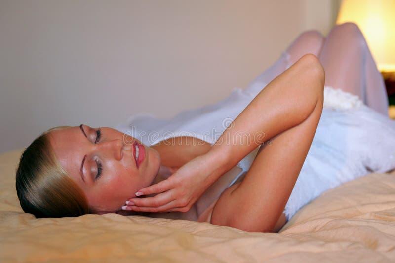 Panna młoda target140_0_ na łóżku zdjęcia stock
