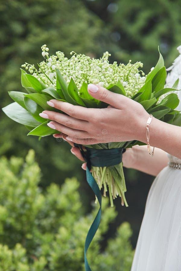 Panna młoda trzyma bukiet przy ślubem zdjęcia stock