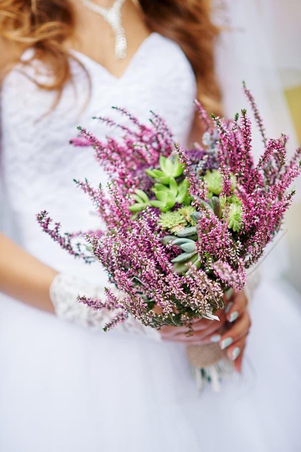 Panna młoda trzyma pięknego ślubnego bukiet dzicy kwiaty obraz stock