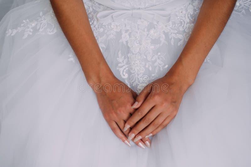 Panna młoda trzyma pięknych biżuteria kolczyki, breloczek w ręce fotografia royalty free