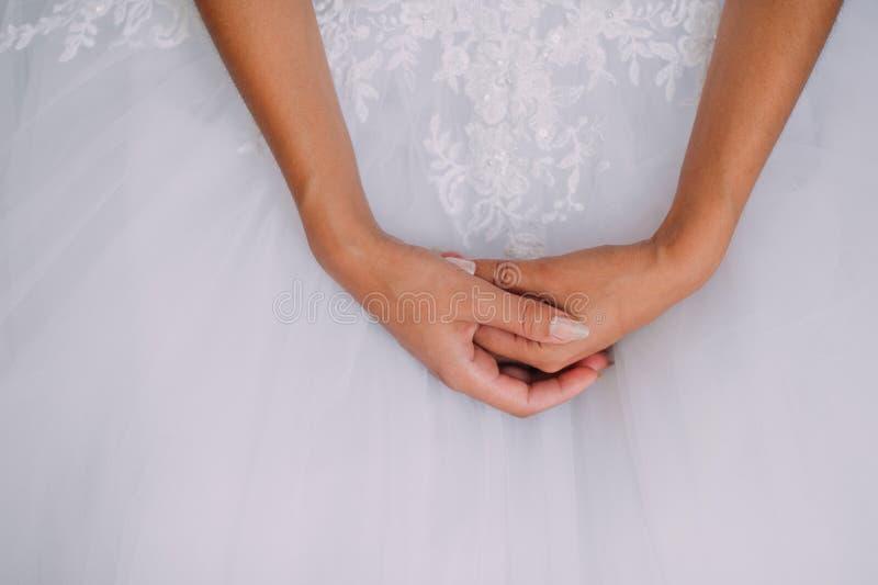 Panna młoda trzyma pięknych biżuteria kolczyki, breloczek w ręce obrazy stock