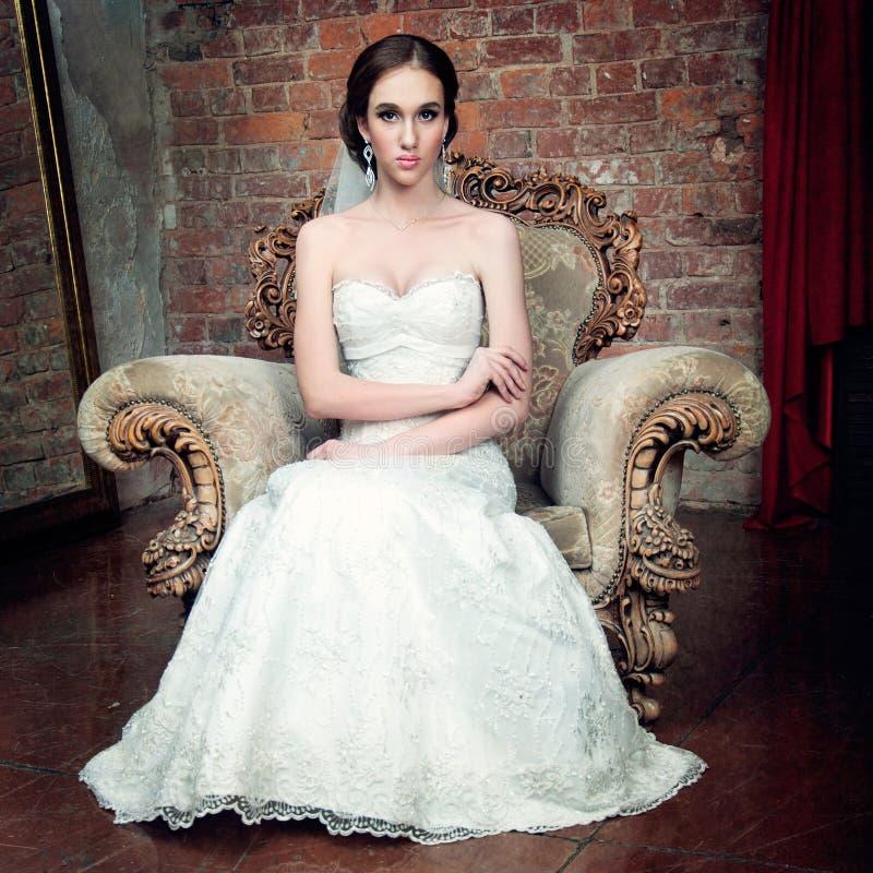 Panna młoda w Ślubnej sukni i przesłonie obrazy stock