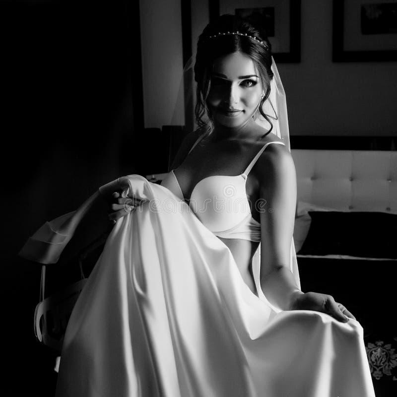 Panna młoda w bieliźnie z bridal suknią obrazy stock