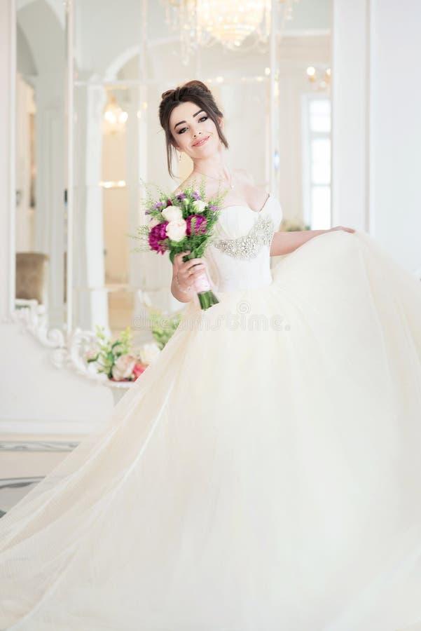 Panna młoda w luksusowym wnętrzu w pałac Poślubiający, atrakcyjna brunetka fotografia royalty free