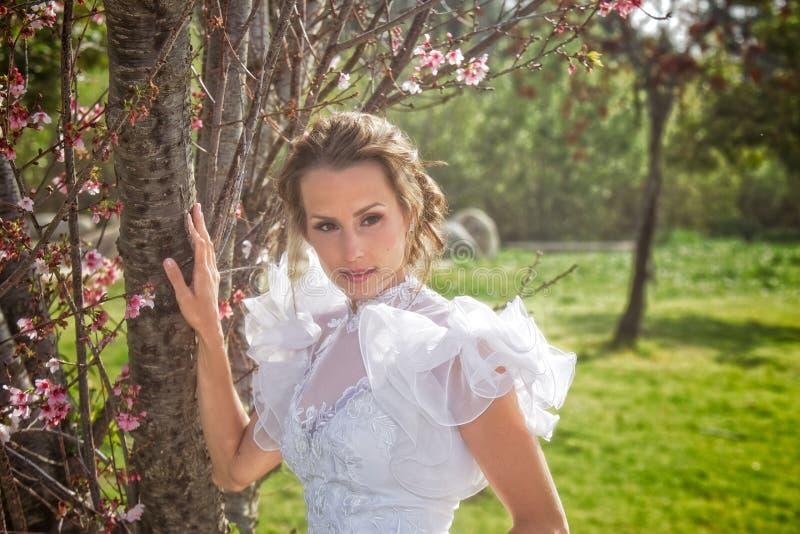 Panna młoda w parku zdjęcie stock