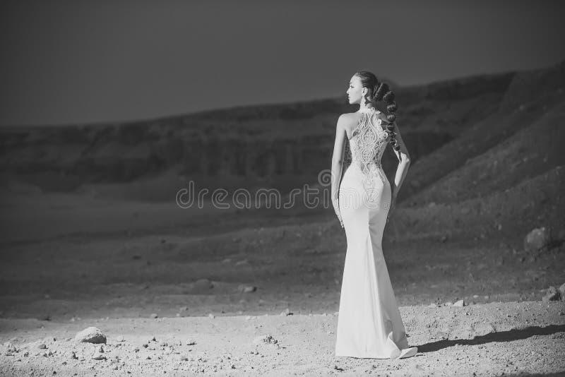 Panna młoda w piasek diunach na góra krajobrazie zdjęcie stock
