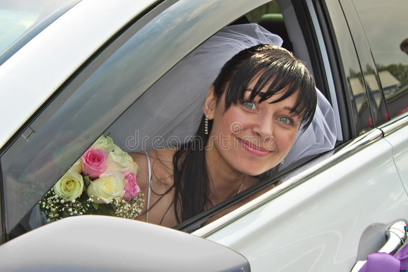 Panna młoda w samochodzie obrazy royalty free