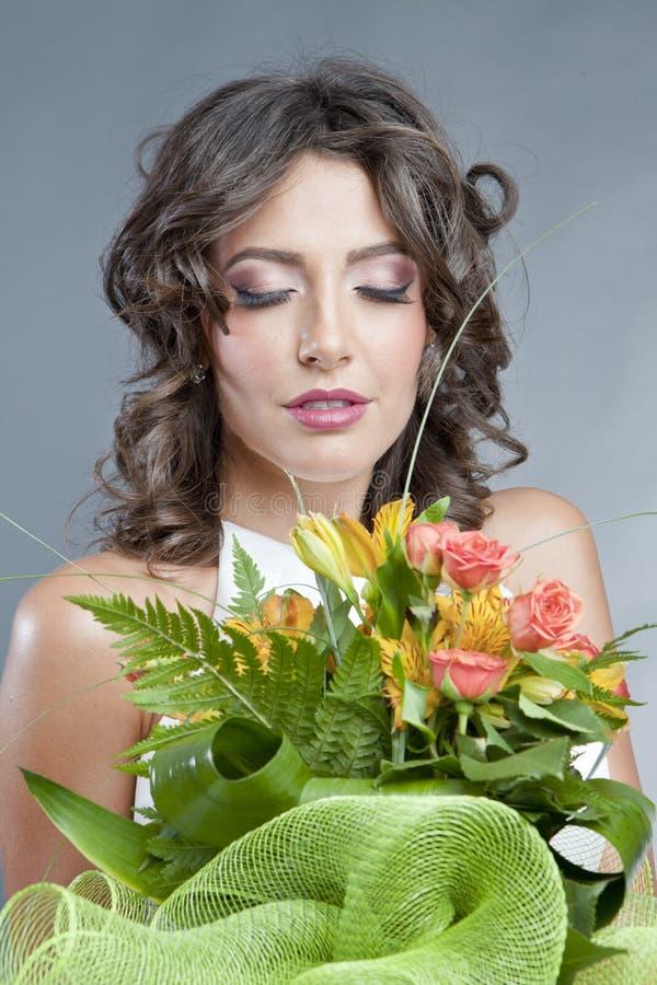 Panna młoda z ślubnym bukietem zdjęcie royalty free