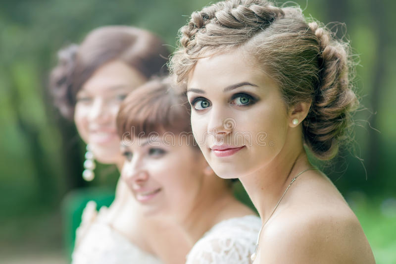 Panna młoda z jej przyjaciółmi fotografia stock