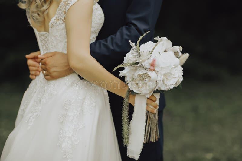 Panna młoda z kwiatami w twój ręce zdjęcie royalty free