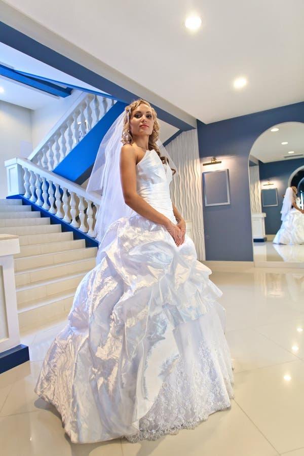 Download Panna młoda obok lustra zdjęcie stock. Obraz złożonej z suknia - 28967796