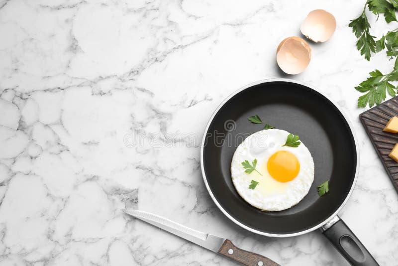 Panna med den stekte soliga sidan upp ägget som tjänas som på tabellen royaltyfria foton