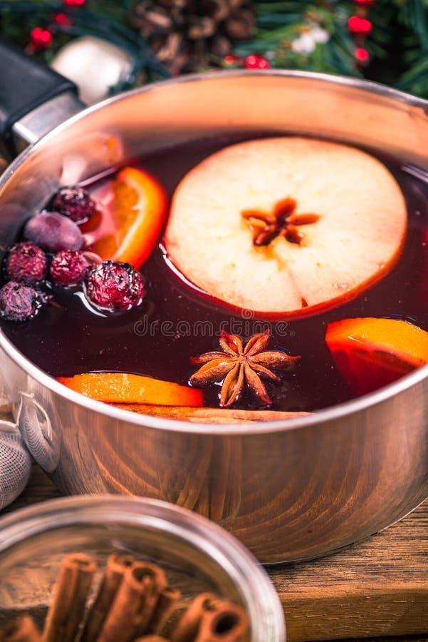 Panna med varmt funderat vin, festliga drinkar för jul fotografering för bildbyråer