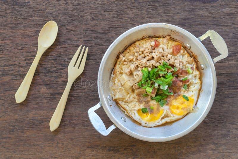 Panna-stekt ägg med toppningar i min hemlagade thailändska stil arkivbild