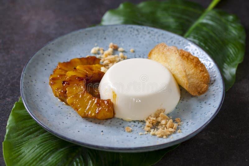 Pannacotta met gekarameliseerd ananas en kokosnotenkoekje royalty-vrije stock fotografie