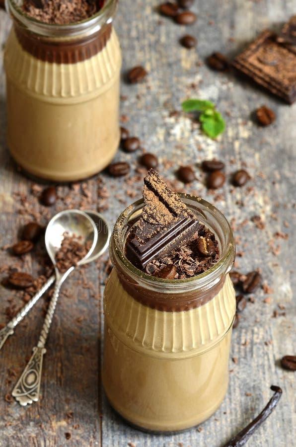 Pannacotta van de chocoladekoffie in een glaskruik stock foto