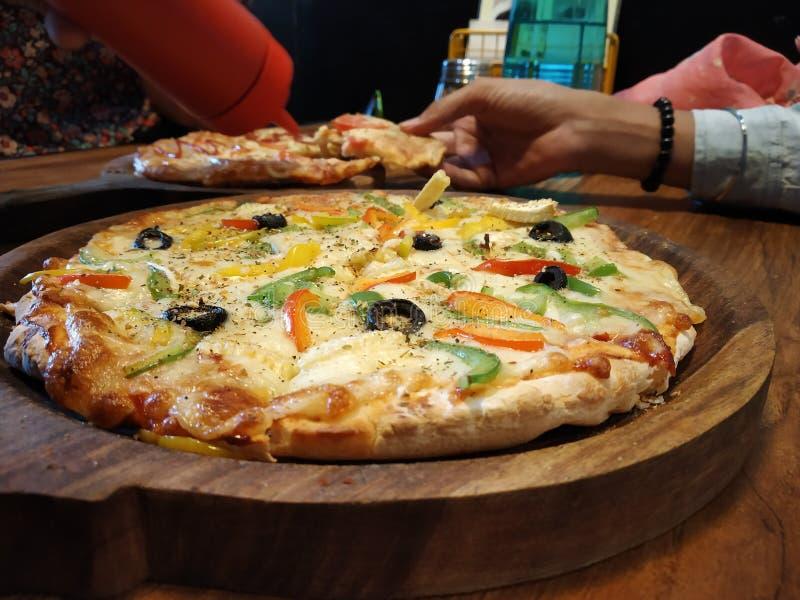 Pannapizza på datum med flickan arkivbild