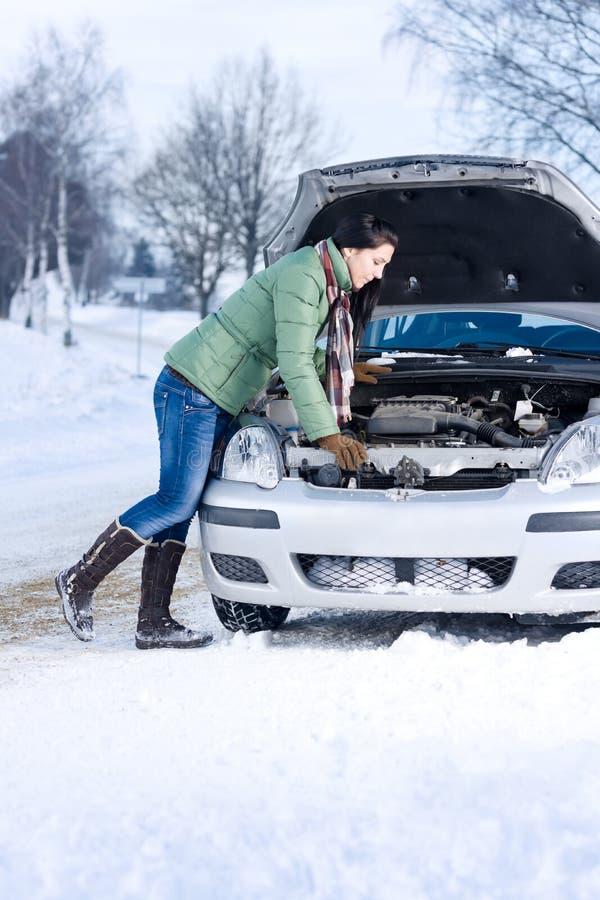 Panne de véhicule de l'hiver - moteur de réparation de femme photo stock