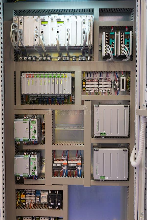 Panneau électrique industriel de commutateur dans la salle de commande photo libre de droits