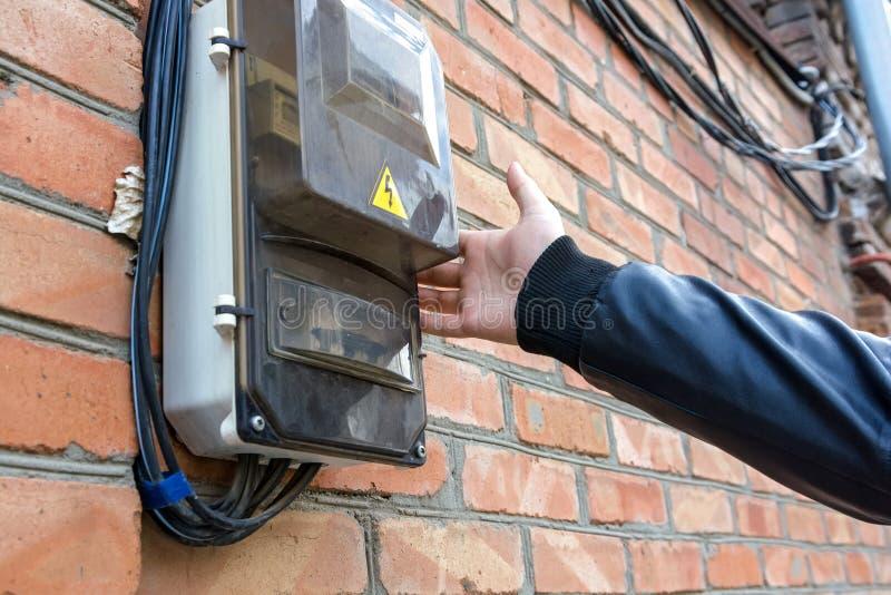 Panneau électrique sur la fin de mur  image libre de droits
