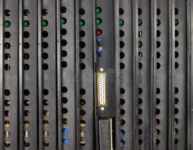 Panneau arrière de vieux central téléphonique Conseils avec des indicateurs et image stock
