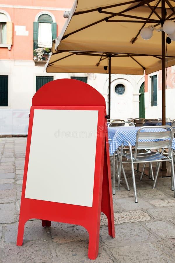 Panneau blanc de carte au café de rue image libre de droits