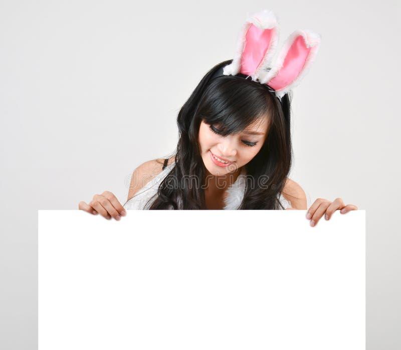 Panneau blanc de lapin de prise sexy de fille photo stock