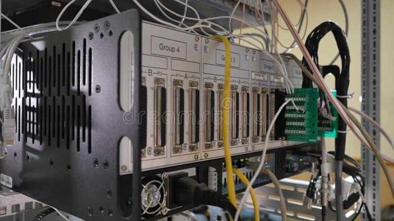 Panneau, commutateur et câble de réseau au centre de traitement des données images libres de droits