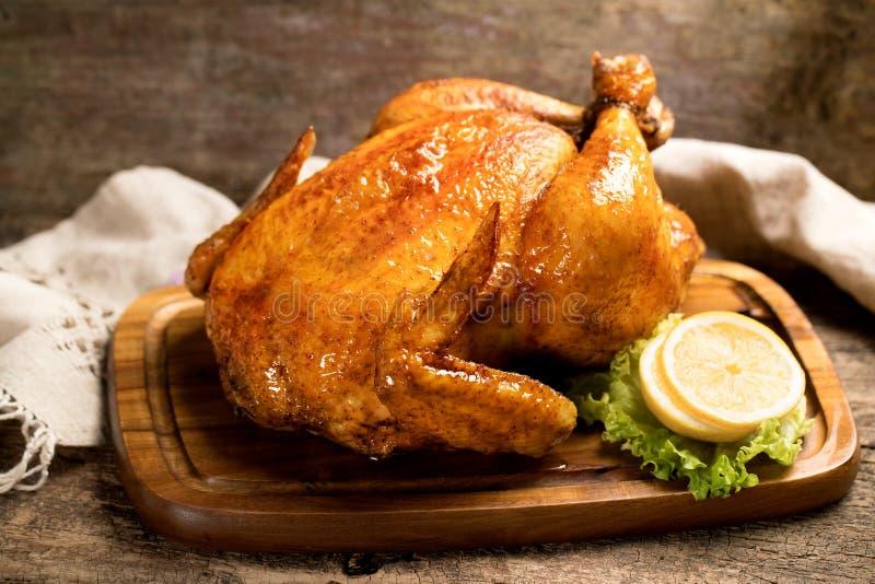 Panneau cuit au four de poulet dedans avec le citron images stock