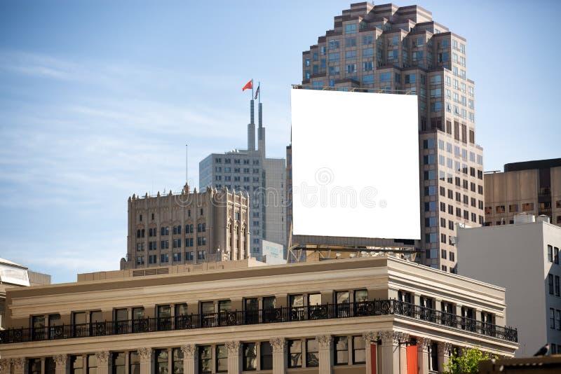 Panneau d'affichage blanc sur le dessus de buiulding photo libre de droits