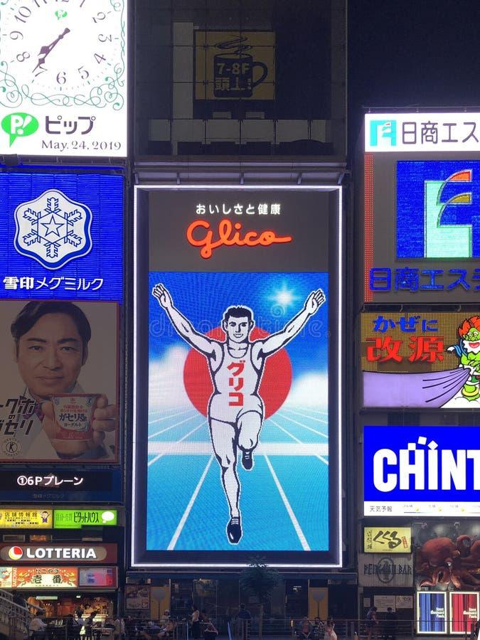 Panneau d'affichage célèbre d'homme de glico la nuit ville d'Osaka images stock