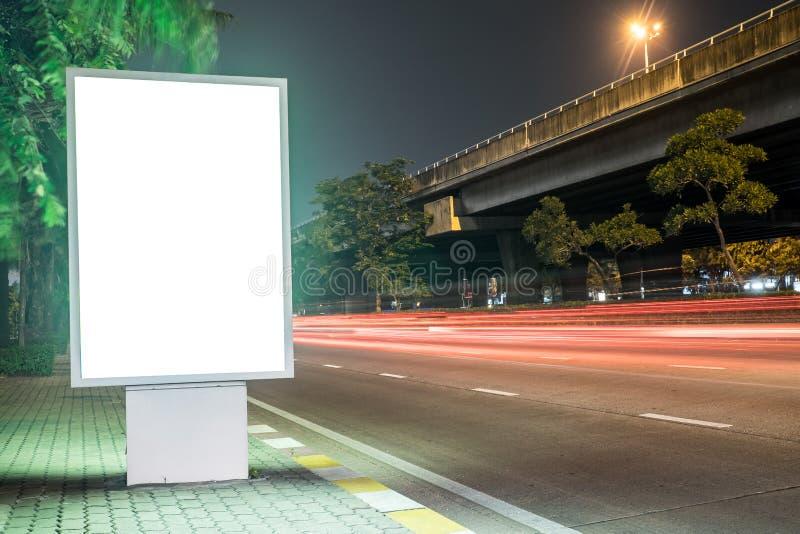 Panneau d'affichage dans la rue de ville, chemin de coupure d'écran vide inclus image libre de droits