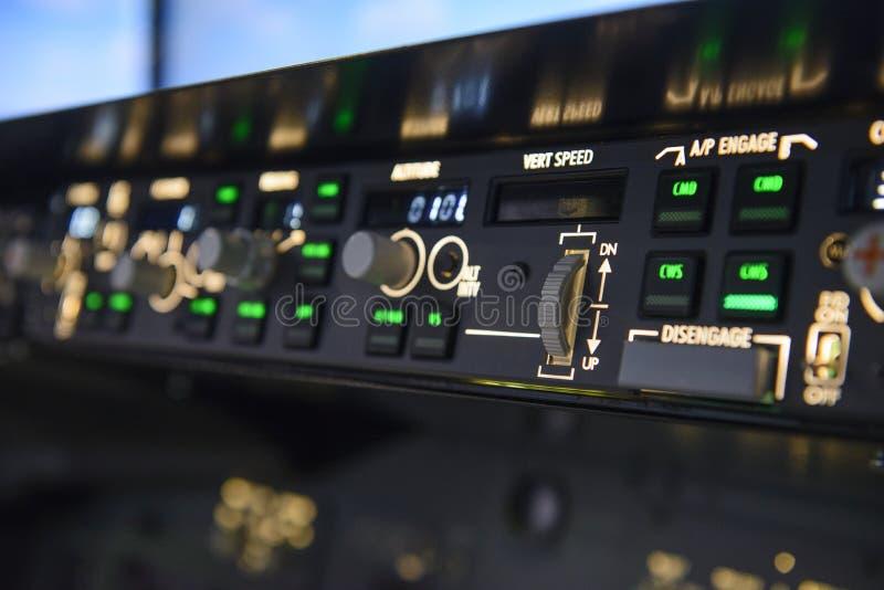 Panneau d'affichage de contrôles de vitesse de vert de pilote automatique d'avions photo libre de droits