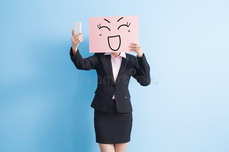 Panneau d'affichage de prise de femme d'affaires photos stock