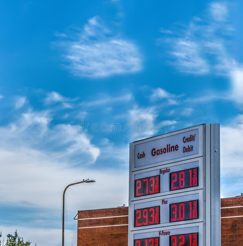 Panneau d'affichage des prix de station service dans l'avenue d'Oakwood photographie stock libre de droits